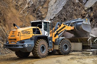 The Liebherr L 580 XPower® wheel loader feeding blast material into a crusher.