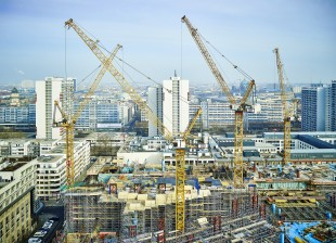Six Liebherr luffing jib cranes are working on the construction of the Axel Springer new building in Berlin.