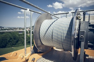 The high-tensile fibre ropes underwent a wide range of tests conducted by Liebherr.