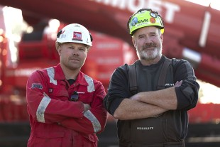 Teamwork – satisfied crane operators after hoisting the final support. Rainer Schmidt from Mammoet (left) and Heiko Bischoff who controlled the LTM 11200-9.1 from Megalift.