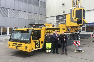 Alexis Porret, Philippe Porret (both from VHB SA) with Marc Bollinger (Liebherr-Baumaschinen AG; centre) at the handover of the MK 88 Plus in Reiden.