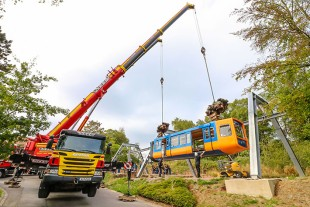 Tandem hoist – two Liebherr LTF 1060-4.1 telescopic truck-mounted cranes install the suspended railway train on a new suspension frame.