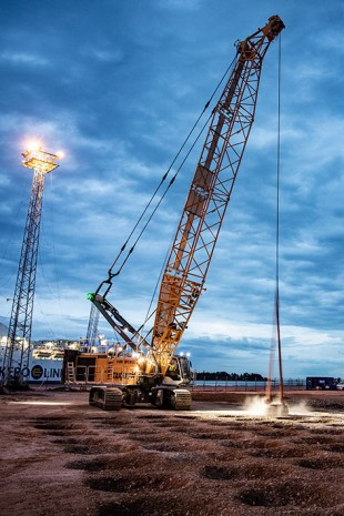 The duty cycle crawler crane is equipped with a 14-tonne drop weight.