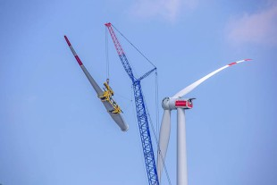 The single-line guiding system from Liebherr stabilises the rotor blade yoke and blade in the wind.