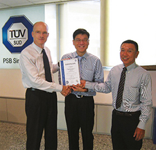 Tek Ming WU, SVP Management Services of TüV Süd/PSB Singapore (centre), a remis à Ekkehard Pracht, General Manager (gauche), et Hua Hee TAN, Technical Operations Manager (droite), de Liebherr-Aerospace Singapore le certificat ISO.