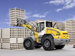 Liebherr wheel loader L 538 with parallel kinematics during fork handling operation