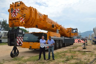 From left to right: Tobias Böhler (Liebherr Mexico S.de R.L.) and Amado Castro (Grupo DPH)