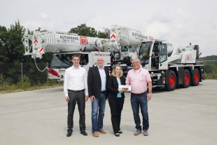 From left to right: Florian Maier (Liebherr-Werk Ehingen GmbH), Wolfgang Sailer (Liebherr-Werk Ehingen GmbH), Christine Conrad (Conrad GmbH) and Rainer Speich (BKL Baukran Logistik GmbH)