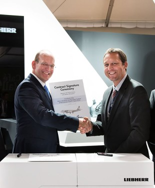 Tomasz Przybylski, Deputy Director, Bureau of Purchasing and Supply Management LOT (à droite) et Arndt Schoenemann, Directeur Général Liebherr-Aerospace Lindenberg GmbH (à gauche) ont signé le contrat lors du salon Farnborough International Airshow 2014. Photo: Mon and Clark Photography