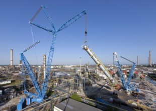 An LR 1750 crawler crane was used at the foot of the column to raise and control the column.