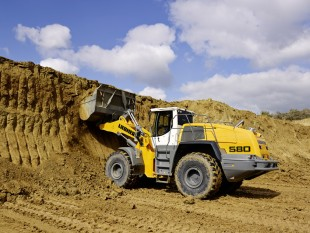 The Liebherr wheel loader L 580 while working at the wall.