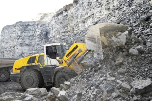 The Liebherr wheel loader L 586 during quarrying.