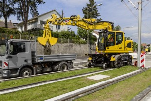 The Liebherr A 922 Rail two-way excavator in action on the rails