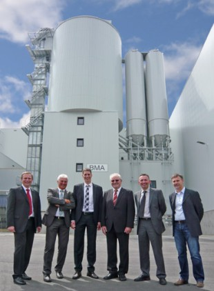 Handover of the Liebherr mixing tower at the opening ceremony, from left to right: Reinhold Kletsch (Liebherr), Michael Barthel (Liebherr), Stefan Bögl, Johann Bögl, (both Bögl) Mark Figel (Liebherr), Anton Gloßner (Bögl).