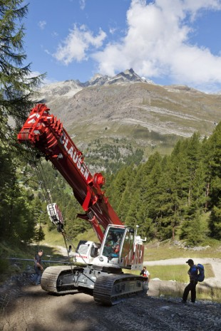 The most difficult point: Geri Clausen manoeuvres his crane around a tight, steep bend with great skill.