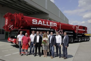 From left to right: Sascha Wolf, Xaver Krampfl, Andreas Saller, Franz Saller, Michael Plies, Angelika Saller, Franz Saller jun. (all from Kran Saller GmbH), Wolfgang Sailer, Florian Maier, Dieter Walz (all from Liebherr-Werk Ehingen GmbH)