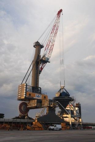 Since 2012, Liebherr's 1000th mobile harbour crane has been handling bulk at the French Atlantic Coast.