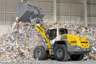 Wheel loader L 550 with industrial lift arms in recycling operation