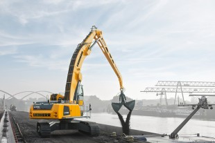 Prize-winning material handler LH 60 Litronic on crawler undercarriage