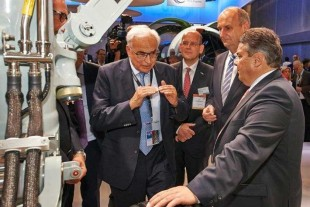 Willi Liebherr (l.) explaining the landing gear system on display to Sigmar Gabriel (r.).