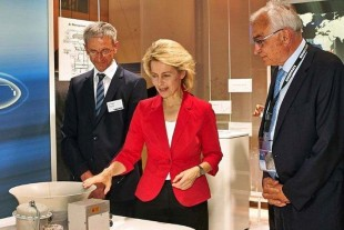 Willi Liebherr (r.) showing Ursula von der Leyen (middle) the exhibits on the stand.