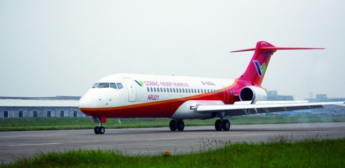 Der mit Technologie von Liebherr ausgestattete Regionaljet ARJ21 ...
