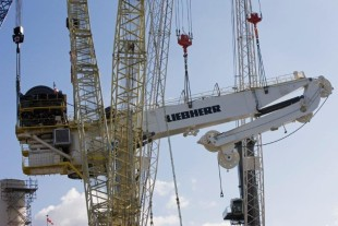 Single lift of the RL-K 7500 subsea crane with four Liebherr cranes involved.