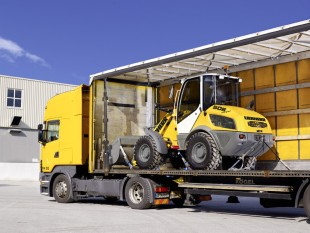 The low construction height of the Liebherr Compact Loader L 506 simplifies transport