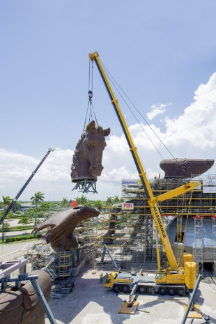 LTM 1400-7.1 erecting the head of the Pegasus statue (Photo: STARK Ingenieure)