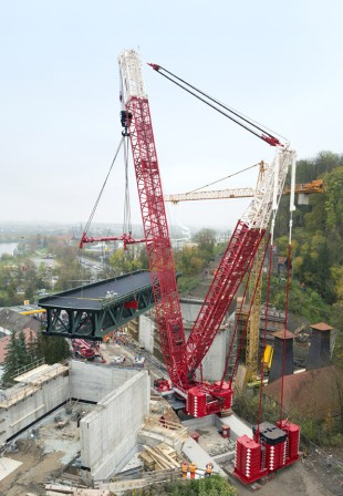 402 tonnes gross load – the LR 1600/2 reverses slowly on the massive concrete ramp.