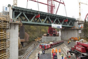 Finished! 355 tonnes of steel positioned precisely on the abutments of the future railway bridge.