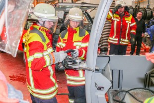 The Ehingen fire service conducts practical tests on driver's cabs and crane cabs.