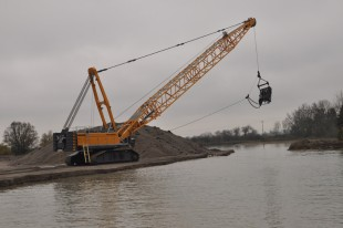 Liebherr duty cycle crawler crane HS 8300 HD in dragline application