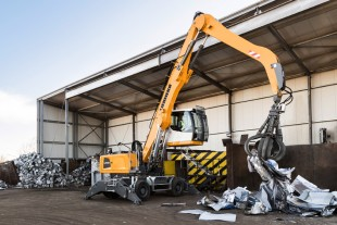 The new Liebherr LH 30 M material handler feeding a shredder