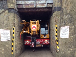 A clearance of just 7 cm on each side – a Cadman Cranes LTC 1045-3.1 in a tunnel