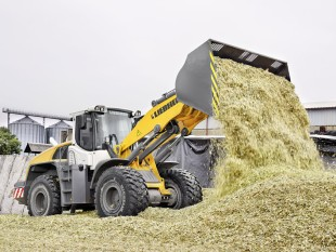 Liebherr L 556 wheel loader with industrial lift arm handling biomass. The industrial lift arm offers many benefits: A higher torque in the upper range and movement of the load over the entire lifting range without the need for readjustment.