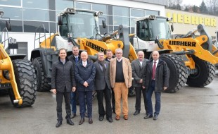 Together with Nagel Baumaschinen Ulm GmbH, a long-standing Liebherr sales partner, the delegation from WOLFF & MÜLLER took receipt of the eight new Liebherr wheel loaders at Liebherr-Werk Bischofshofen.