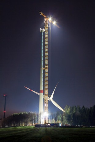 Liebherr 1000 EC-B 125 Litronic lifting rotor star (diameter: 113 m/ weight:~ 70 tons) to the tower of the wind turbine (height of 142.5 m).