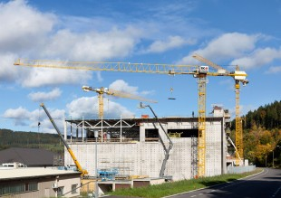 The Liebherr 150 EC-B 8 Litronic flat-top crane in operation