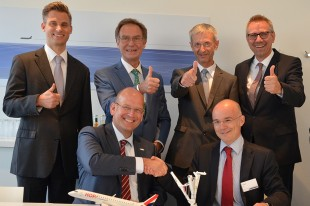 F.l.t.r.: Arndt Schoenemann, Managing Director Liebherr-Aerospace Lindenberg GmbH and Jacques Pauty, Chief Purchasing Officer, HOP! Air France Group (front row), signed the contract at Paris Air Show 2015