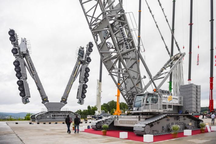 liebherr unveils new 500 tonne lr 1500 crawler crane at customer days liebherr. Black Bedroom Furniture Sets. Home Design Ideas