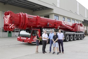 From left to right: Katrin Schleiting (Autokrane Schares GmbH), Christoph Neumann (Liebherr-Werk Ehingen GmbH), Christoph Schares, Justus Hessling (both from Autokrane Schares GmbH), Georg Steinhart (Liebherr-Werk Ehingen GmbH)