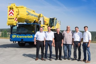 From left to right: Christoph Kleiner (Liebherr-Werk Ehingen), Karl Engeser, Karl Engeser sen., Peter Kummer (alle ESB Kranverleih), Joachim Sommer, Johannes Metzger (beide Liebherr-Werk Ehingen)