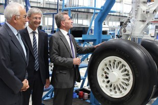From left to right: Dr. h.c. Willi Liebherr (Liebherr-International AG), Josef Gropper (Liebherr-Aerospace Lindenberg GmbH) and EU Commissioner Günther Oettinger in the landing gear assembly area of Liebherr-Aerospace in Lindenberg