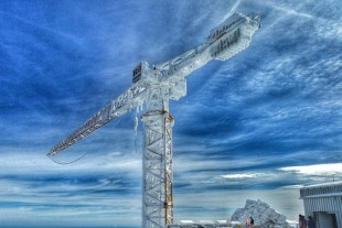 The crane was specially configured for this job to enable it to withstand the enormously high wind speeds of up to 280 km/h and the low temperatures
