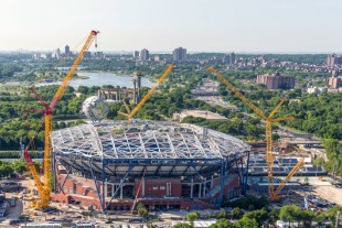 One LR 11000 and two LR 1600/2 cranes erect the steel structure for the roof on the Arthur Ashe Stadium in New York.