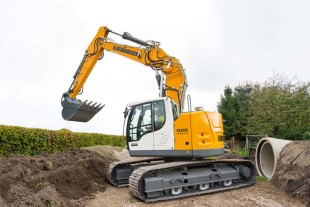 The Liebherr crawler excavator R 926 Compact in a worksite where space is restricted