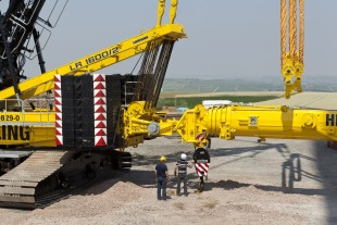 Company owner Markus Helling (on the right in the photograph) supervises the docking of the smaller telescopic crawler crane closely.