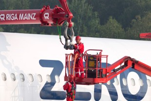 Mighty attachment equipment: the hanging gear for the Airbus weighed 19 tonnes on its own.