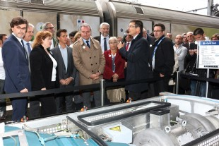 Jean-Luc Moudenc, Mayor of Toulouse (front row, 4th from left), listened to the explanations of Nicolas Bonleux, Managing Director and Chief Sales Officer, Liebherr-Aerospace & Transportation SAS (front row, 2nd from right), about the new-generation railway air-conditioning system by Liebherr.